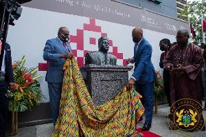 Wamkele Mene unveiling the statue of President Issoufou Mahamadou